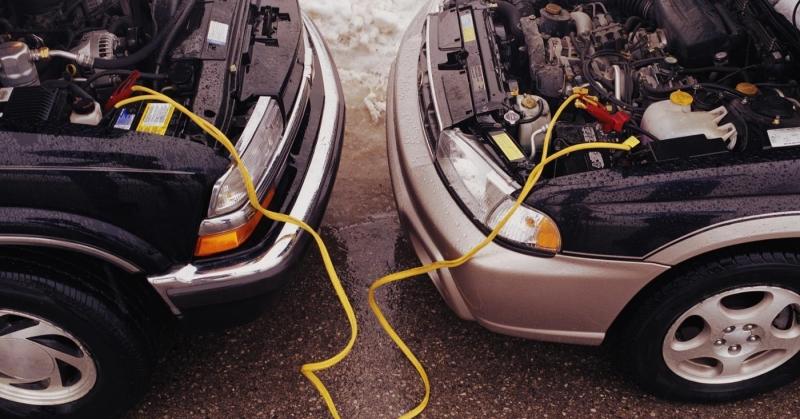 Lehet-e esőben bikázni az autónk akkumulátorát?