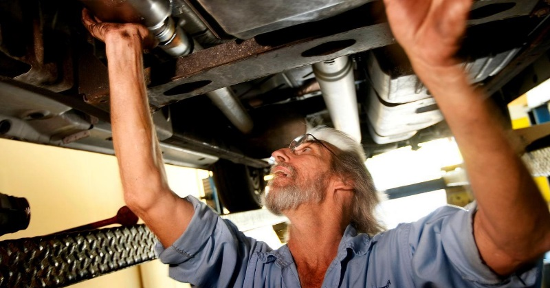 Miért van autónk kipufogójának kénszaga?
