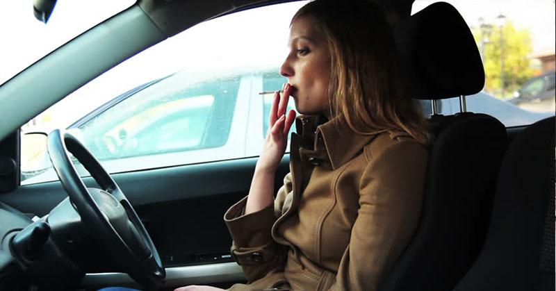 Hogyan szüntesd meg a cigaretta szagot az autódban?