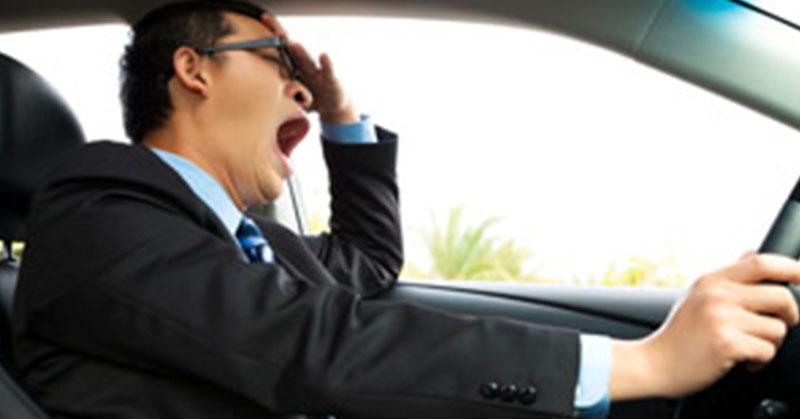 Hogyan tartsuk magunkat ébren hosszú vezetés közben?