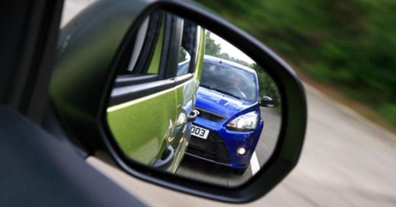 Mit tegyünk, ha valaki túl közel jön hozzánk vezetés közben?