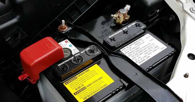 Mit kell tennünk, ha lemerül az autó akkumulátora?