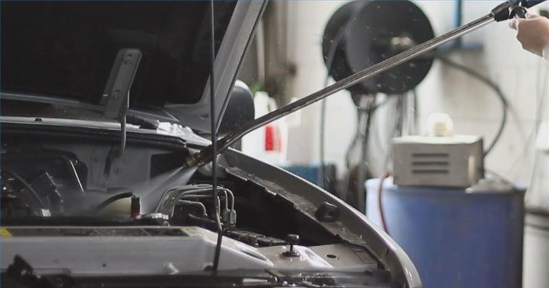 Hogyan mossuk az autó motorját károkozás nélkül?