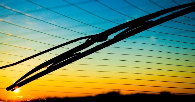 ablaktörlő lapát a naplementében