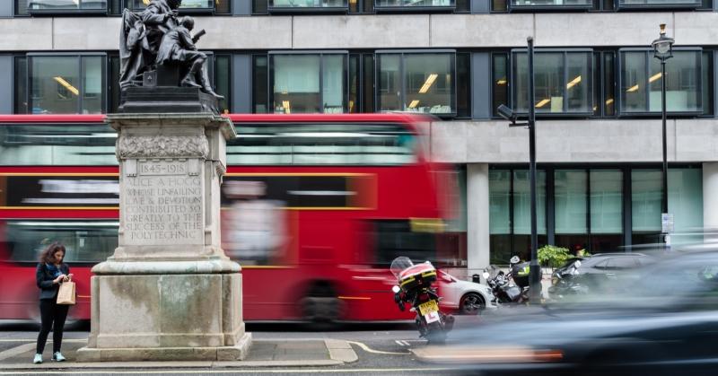 Londoni piros busz a forgalomban