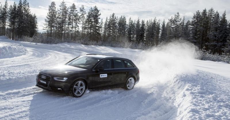 Audi a hóban téli gumikkal