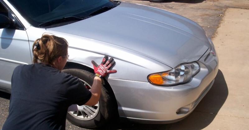 Autót átvizsgáló hölgy