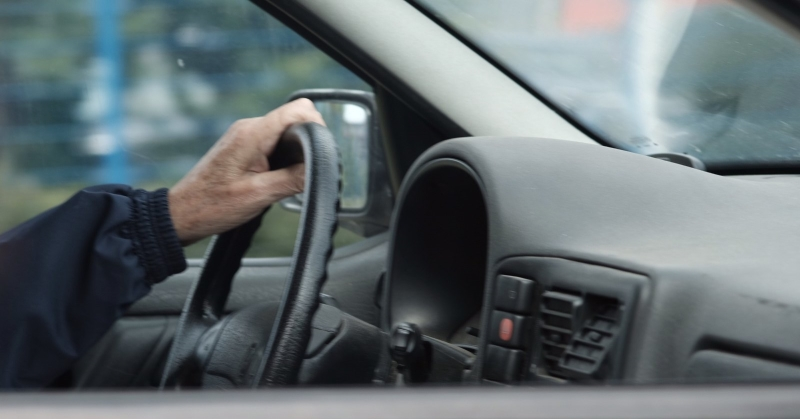 Egy kézzel vezető sofőr