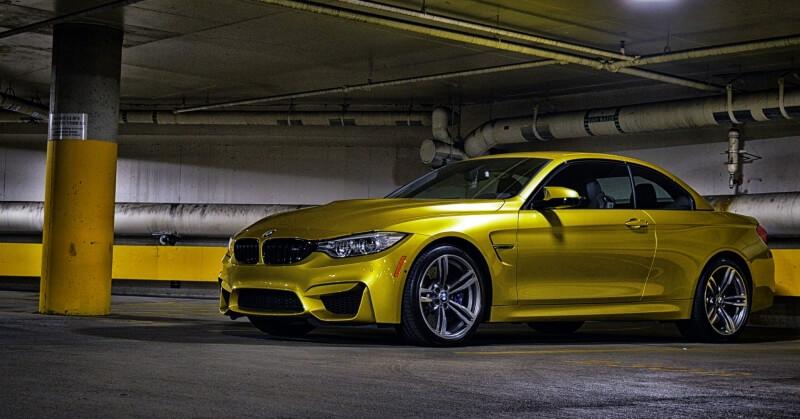 Citromsárga BMW a zárt parkolóban