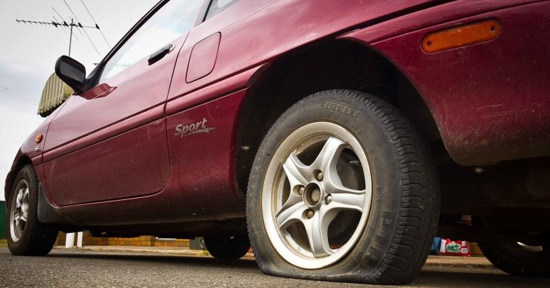 Defektes gumi az autón