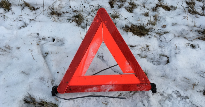 Elakadásjelző háromszög a hóban