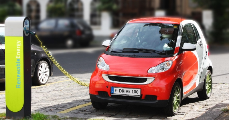 Elektromos autó a töltőn