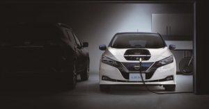 Elektromos Nissan Leaf a sötétben