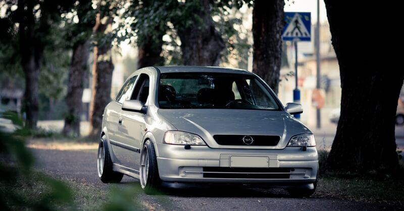 Ezüst színű Opel Astra