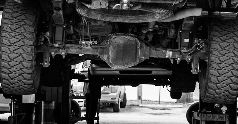 Autószerviz fekete-fehérben