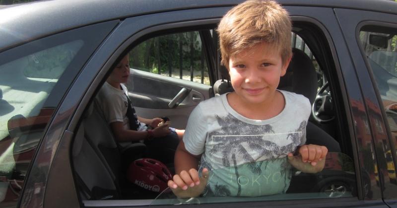 Kisfiúk az autóban