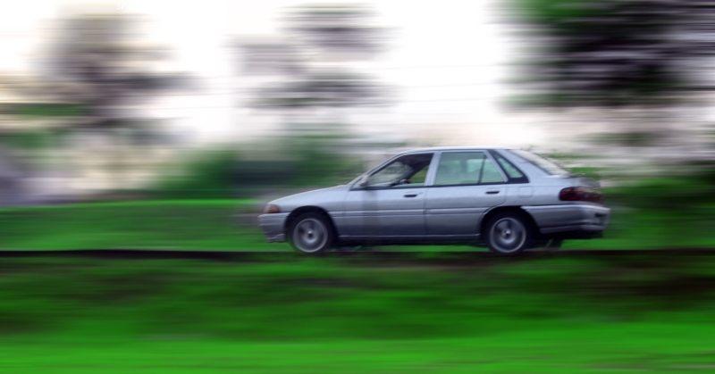Száguldó autó