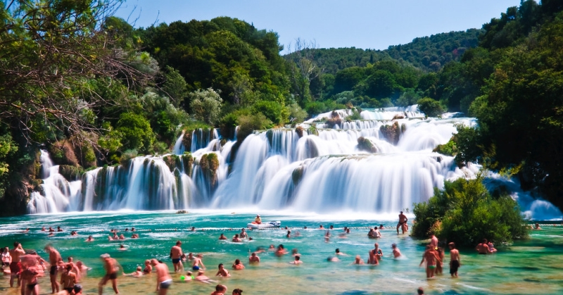Turisták a vízesésnél