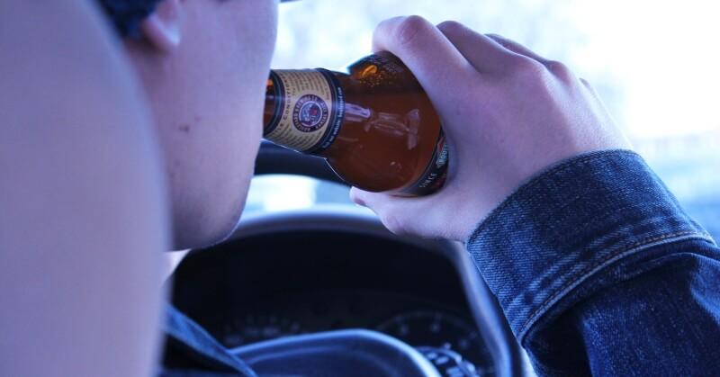 alkohol ivás a kocsiban