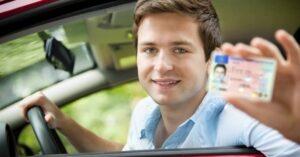 Kezdő sofőr jogosítvánnyal a kezében