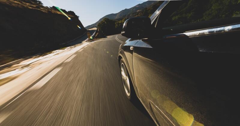 Autó a nyári napfényben