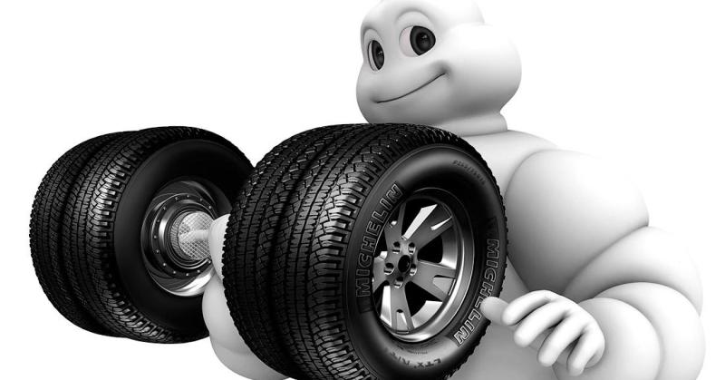 Michelin baba gumikat tart a kezében