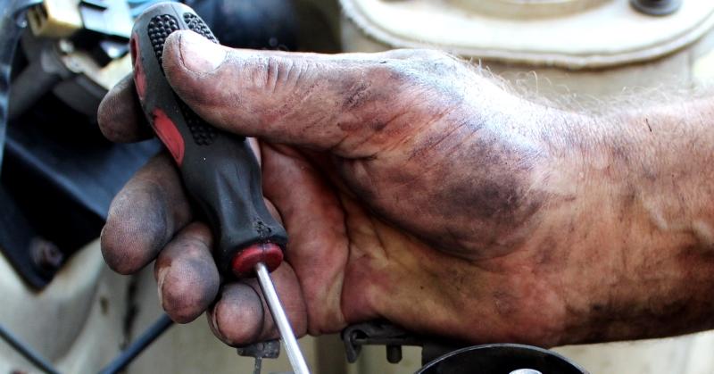 Csavarhúzó a szerelő kezében