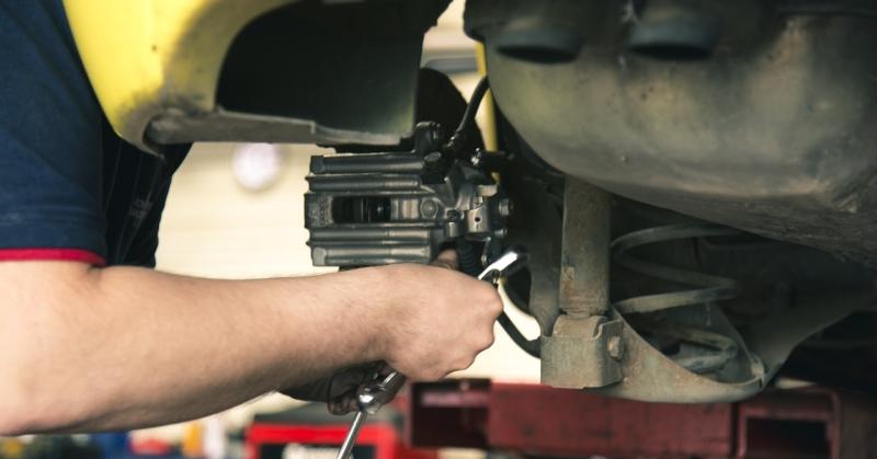 Autószerelő műszakiztatás közben