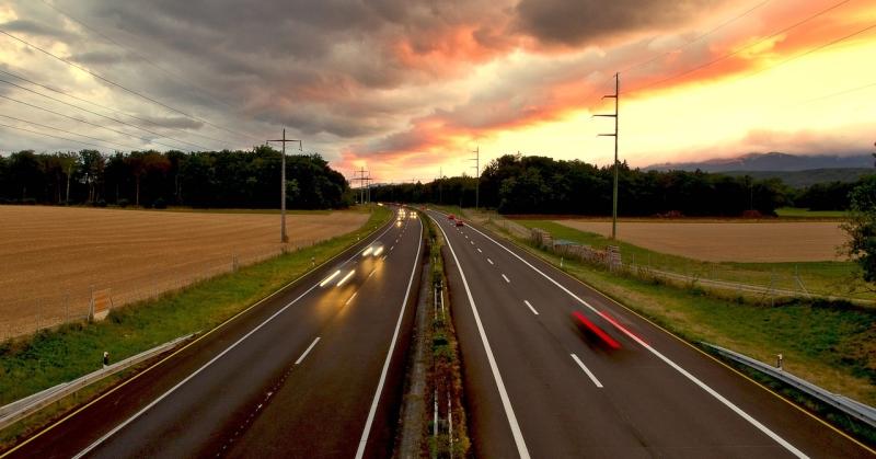 Naplementében közlekednek az autók