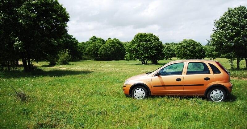 Opel Corsa C a fűben