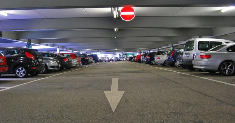 Autók egy pláza parkolóban