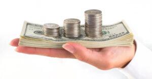 pénz a kézben