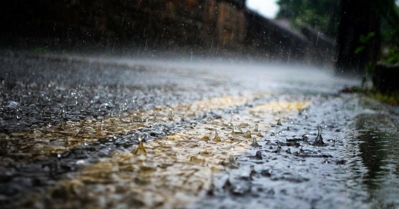 Zuhog az eső az útra