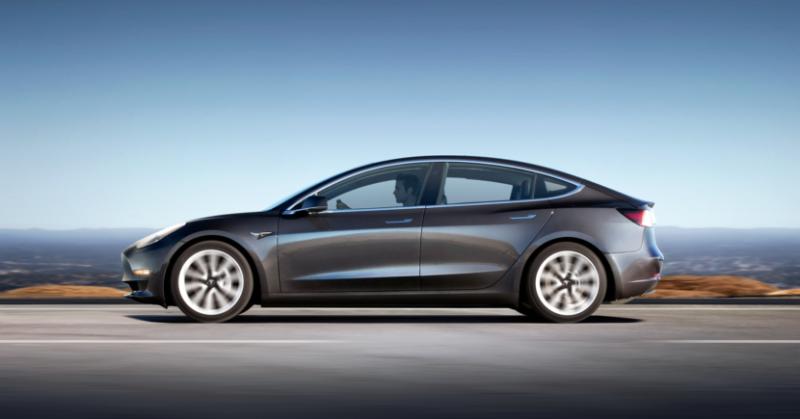 Ezüst színű Tesla Model 2