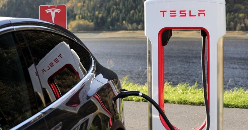 Tesla töltése az út mentén