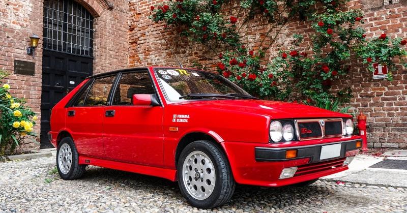 Tűzpiros színű Lancia Delta