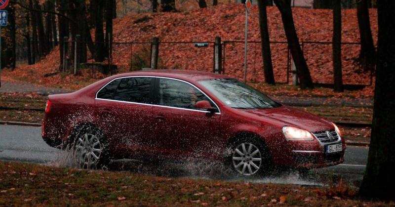 Bordó Volkswagen a csapadékos úton