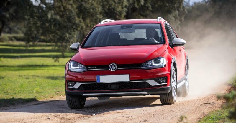 Piros Volkswagen SUV
